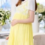 ชุดคลุมท้องสีเหลืองช่วงหน้าอกสีขาวปักลายลูกไม้ กระโปรงสีเหลืองอัดพลีท ใส่ออกงานต่างๆ หรือใส่ทำงานได้ สวยมากเลยค่ะ